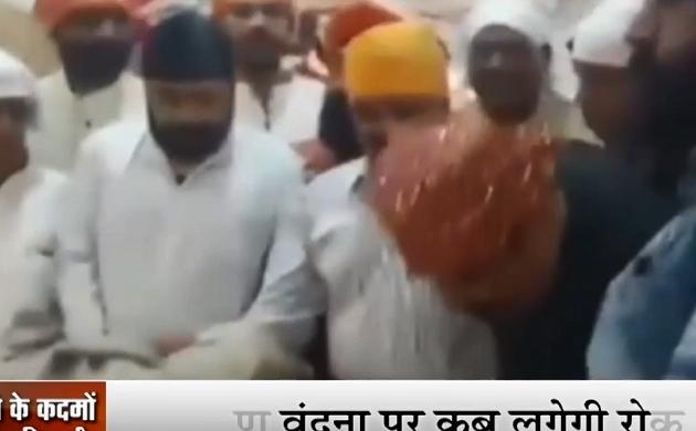 MP: मध्यप्रदेश में जोरों पर मंत्रियों की चरण वंदना, नगर निगम कमिश्नर वंदना जैन ने छुए मंत्री सज्जन वर्मा के पैर