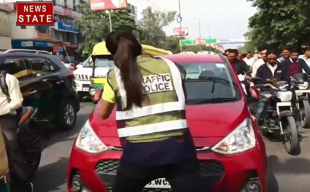 Madhya pradesh: फिल्मी अंदाज में छात्रा ने किया ट्रैफिक को नियंत्रण, वीडियो हुआ वायरल