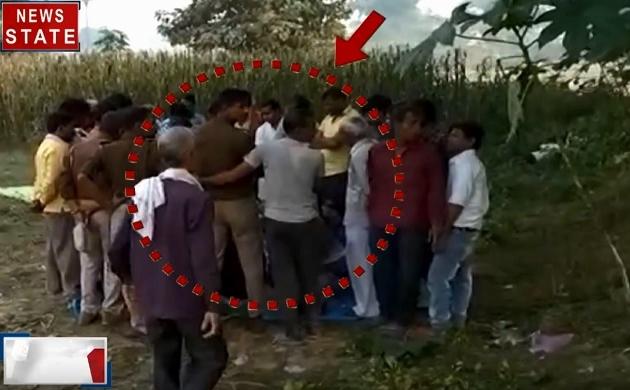 Uttar pradesh: पार्क में जुआरियों को पकड़ने आए पुलिस वाले खेलने लगे उन्हीं के साथ जुआ