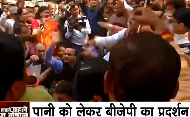 दिल्ली में पानी को लेकर बीजेपी का प्रदर्शन, आम आदमी पार्टी पर बीजेपी कार्यकर्ताओं का हल्ला बोल