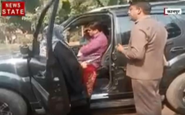 Uttar pradesh: कानपुर-  विधाय़क के गार्ड ने महिला से की बदसलूकी, गाड़ी में बैठे रहे विधायक
