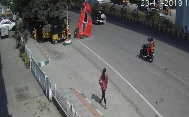 VIDEO: आसमान से टपकी सड़क पर गिरी कार, भीषण हादसे में एक महिला की मौत, 6 घायल