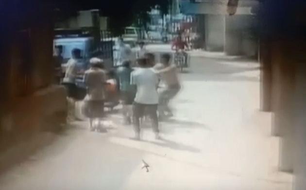 Gujarat: अपार्टमेंट की तीसरी मंजिल से गिरी नन्ही बच्ची, नीचे खड़े लोग बने 'रक्षक', देखें Video