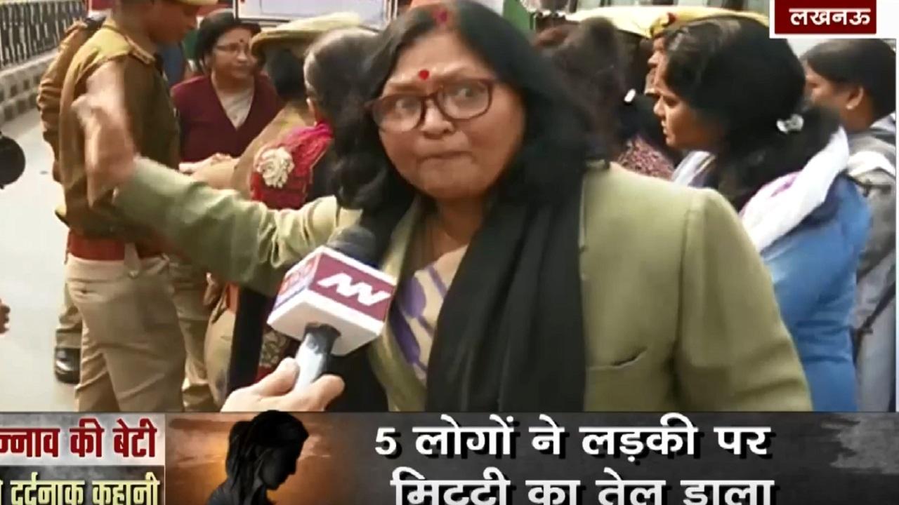 उन्नाव की बेटी को इंसाफ दिलाने के लिए कांग्रेस का प्रदर्शन, बीच सड़क बैठी महिला विंग का ने जताया विरोध