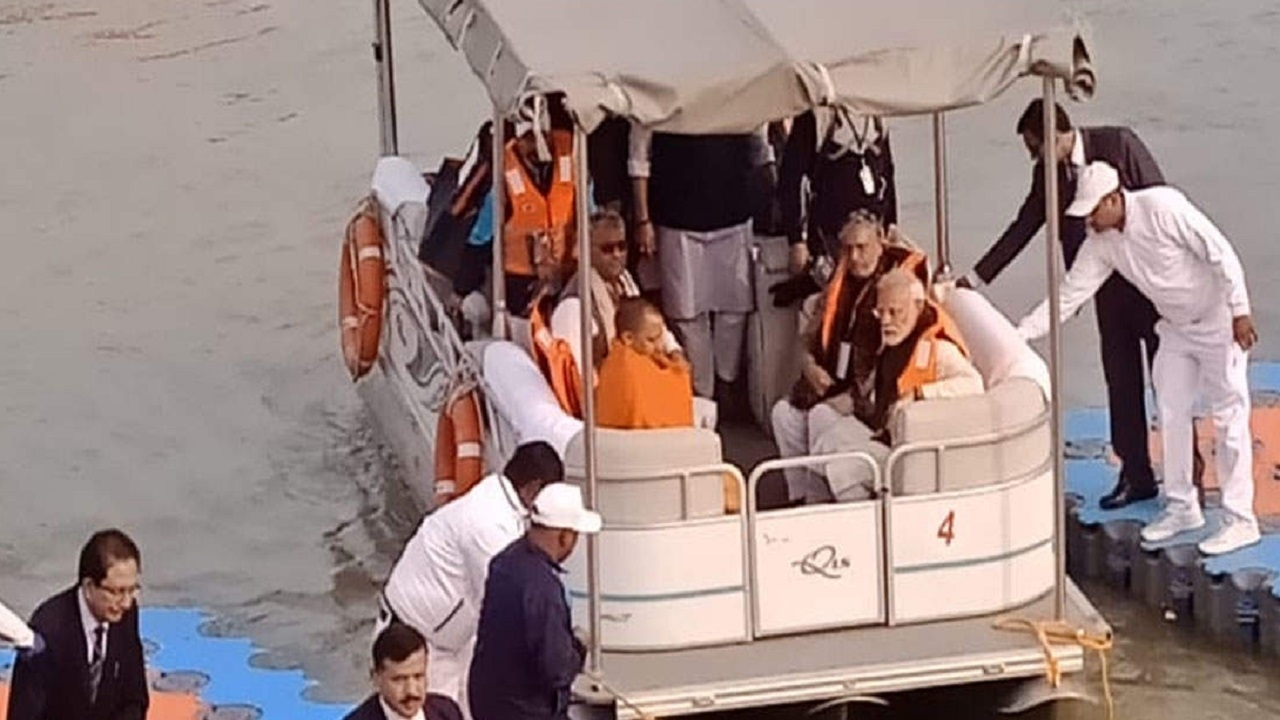 पीएम मोदी ने नौकायन कर गंगा की सफाई का लिया जायजा, सीएम योगी के साथ नमामि गंगे प्रोजेक्ट की समीक्षा
