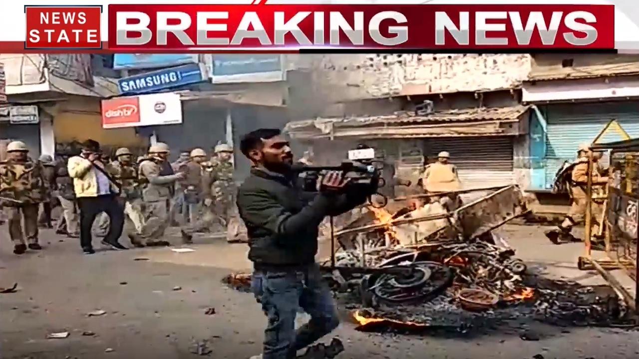 CAA Protest: यूपी के फिरोजाबाद में SP सिटी और SHO गंभीर घायल, धू-धू कर जले वाहन