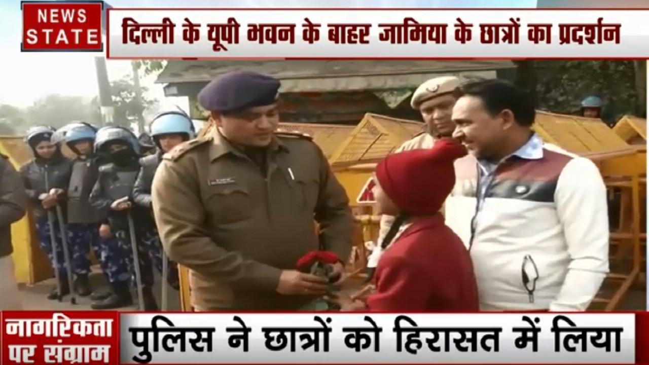 Delhi : Delhi : सीलमपुर- बच्ची ने शांति की अपील करते हुए दिया DCO को गुलाब का फूल