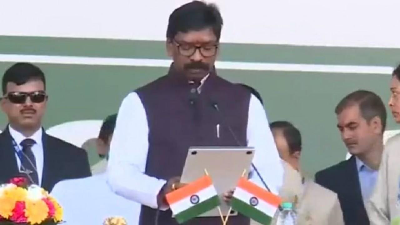 झारखंड के 11वें मुख्यमंत्री बने हेमंत सोरेन, कांग्रेस के आलमगीर आलम और रामेश्वर उरांव ने ली मंत्री पद की शपथ
