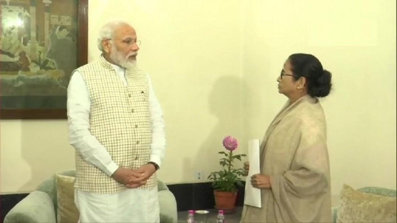 Kolkata: CM ममता बनर्जी के गढ़ में पीएम नरेंद्र मोदी, राजभवन में दोनों नेताओँ की मुलाकात