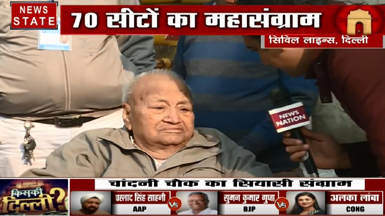 Delhi Election 2020: अपने पसंदीदा उम्मीदवार को वोट देने पहुंचे 82 साल के बुजुर्ग
