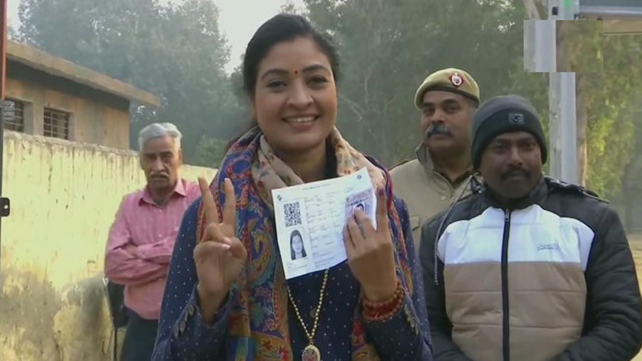 Delhi Polls: 70 विधानसभा सीटों के लिए जनता की वोट की चोट, देखें ग्राउंड से पल-पल की खबर