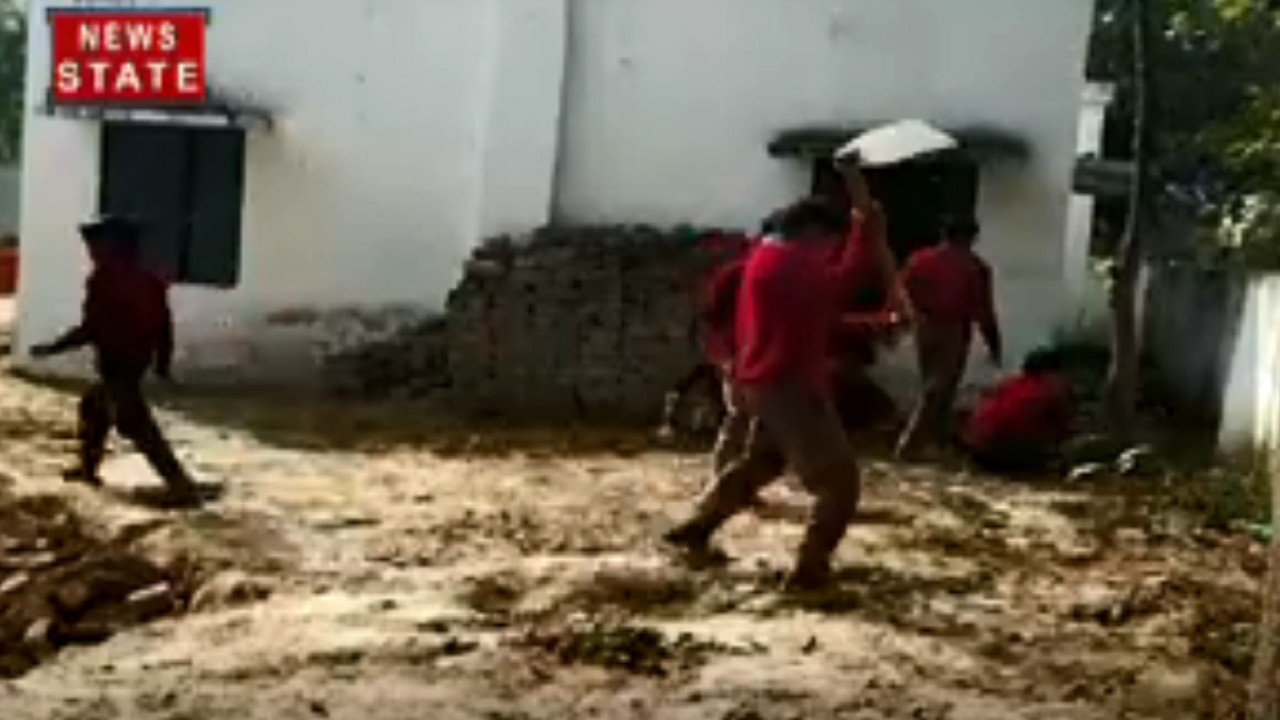 Uttar Pradesh: किताबों से दूर बच्चें स्कूल में चला रहे हैं फावड़ा
