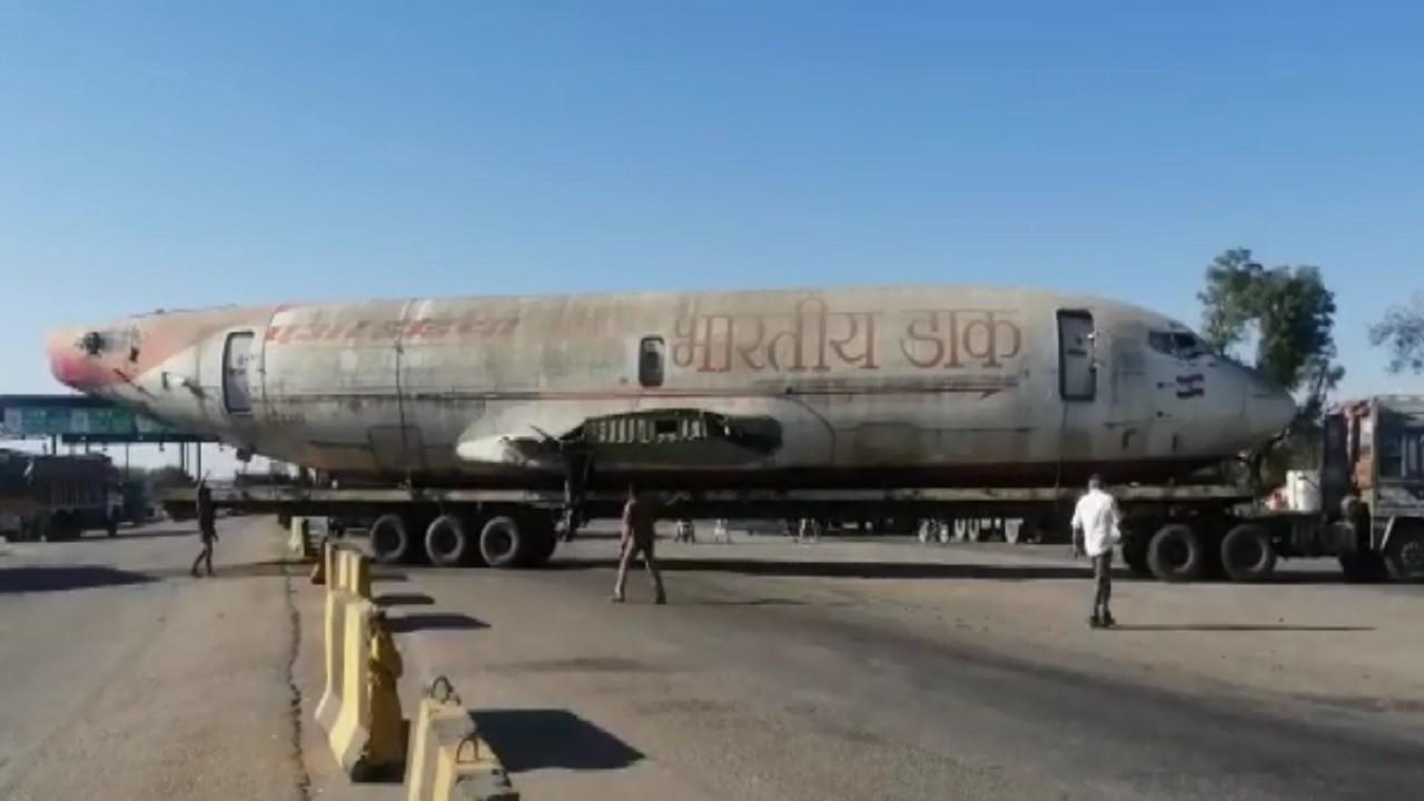 जयपुर में सड़क पर उतरा डाक विभाग का विमान! वीडियो सोशल मीडिया पर वायरल