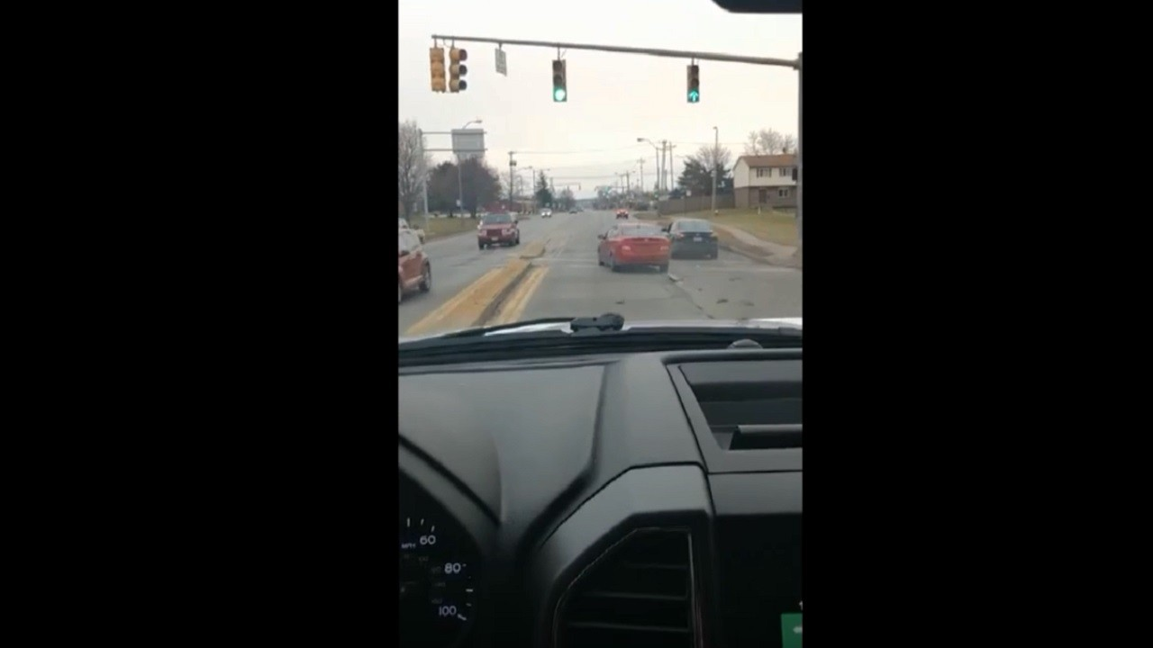 IReporter: बिगड़ा संतुलन और दूसरी कार पर जा चढ़ी गाड़ी